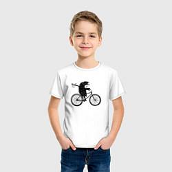 Футболка хлопковая детская Ежик на велосипеде цвета белый — фото 2