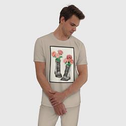 Пижама хлопковая мужская Пионы в ботинках цвета миндальный — фото 2