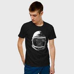 Футболка хлопковая мужская Мне нужно больше места цвета черный — фото 2